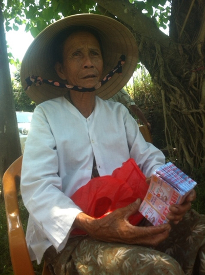 Cụ bà 71 tuổi gặp nạn khi bị giật 300 tờ vé số