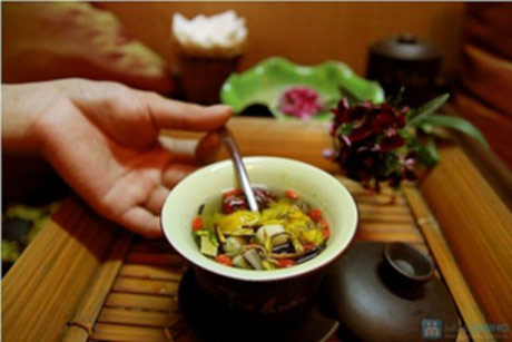 Thưởng trà, ngắm hoa ngày Tết ở Huế